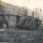Tank Conqueror II c47 détruit et abandonné, rue de la Liberté. Les ruines de l'église sont visibles au bout de la rue.