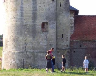 Tour crénelée du château d'Esnes